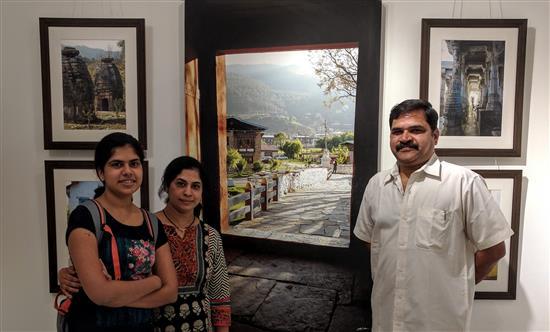(L to R) Avani, Deepa and Hemant Hardikar at Milind Sathe's photography show