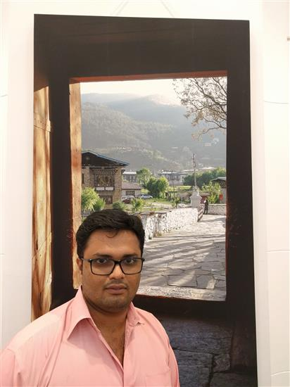 Jayesh Thakkar in front of a picture at Milind Sathe's solo photography show at Nehru Centre, Worli, Mumbai (August 2016)