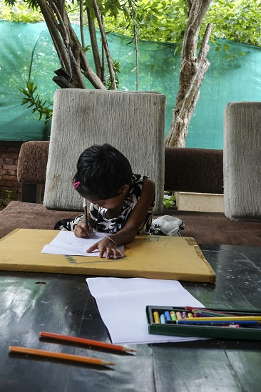 Young Shrutika paints at Indiaart Gallery