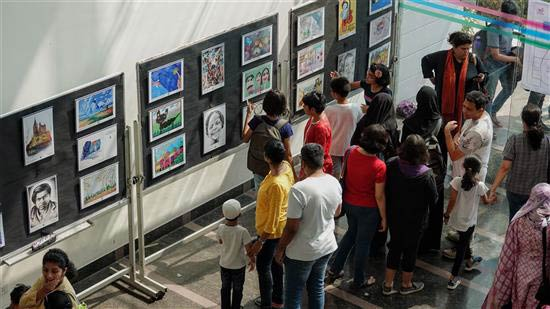 Enthusiastic visitors to Khula Aasmaan art exhibition at IISER Pune)